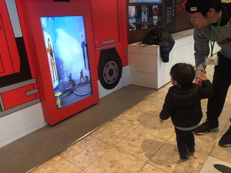 消防博物館で消防隊のコスプレ