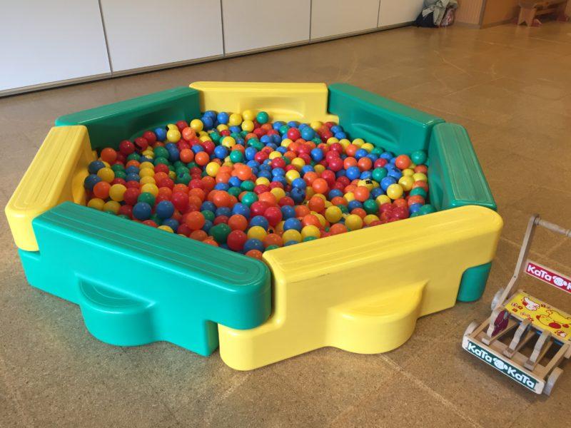 子育て支援センターのボールプール