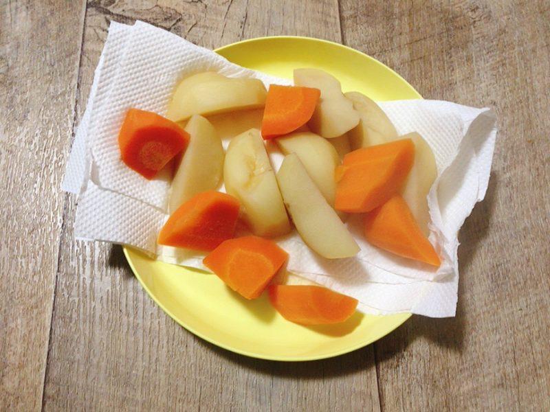 ダッシュカレーの野菜を切る