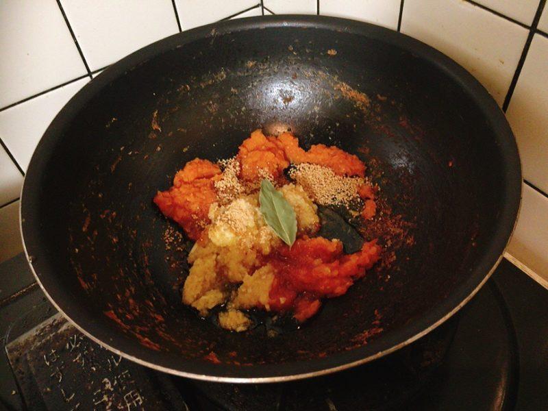 煮詰めた玉ねぎとトマトとにんにくと生姜とりんごのすりおろしを入れる
