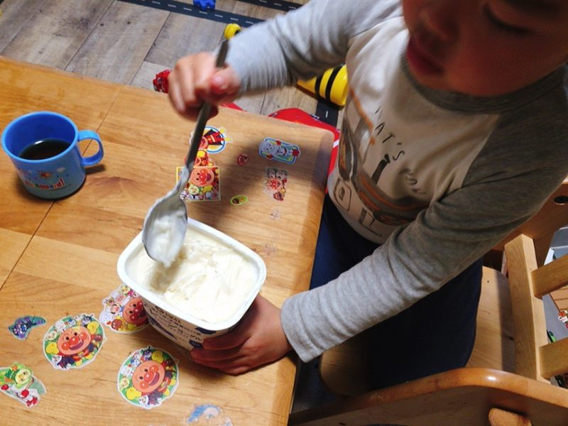 ヨーグルトアイスは子供と一緒に混ぜるだけ