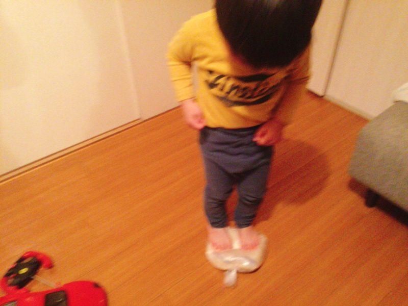 子供に手作りうどんを足で踏んでもらいました