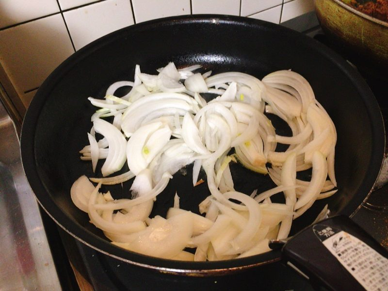 ダッシュカレーの玉ねぎを炒める