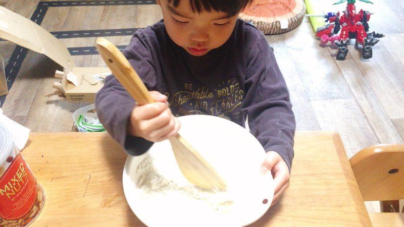 子供と作る手作りパンはヘラで粉が残らないように混ぜ合わせる。