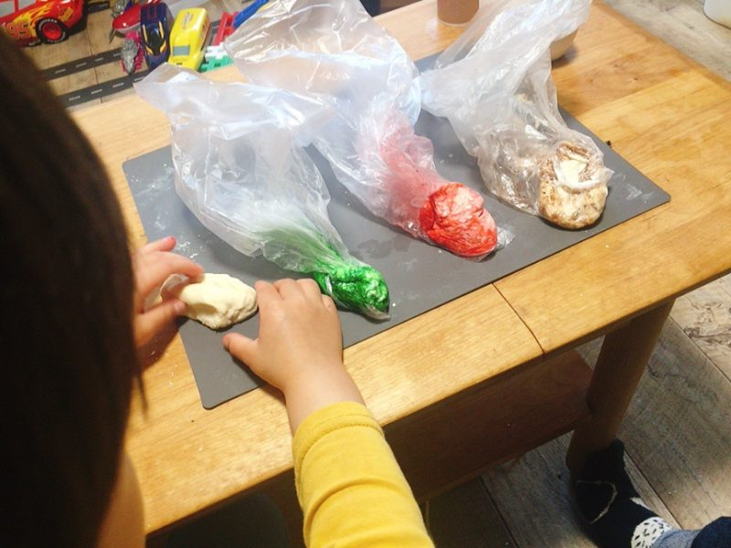小麦粘土はビニール袋に入れて作ると色が手につかなくておすすめ