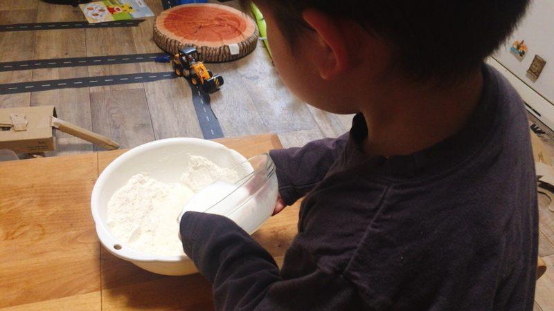 子供と作る手作りパンの材料AとBを合わせる。
