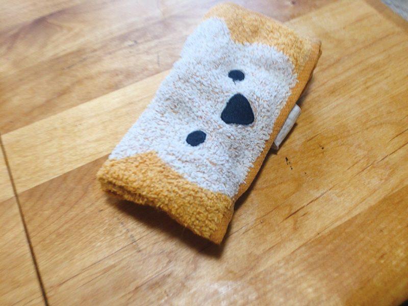 テーブルに貼ったシール剥がしは最後に濡れタオルでしっかり拭く