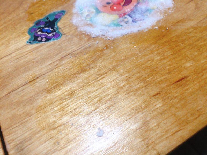 テーブルに貼ったシールを除光液で剥がしてみた