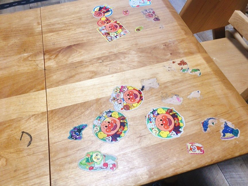 家にあるものでテーブルに貼ったシールをきれいに剥がす方法