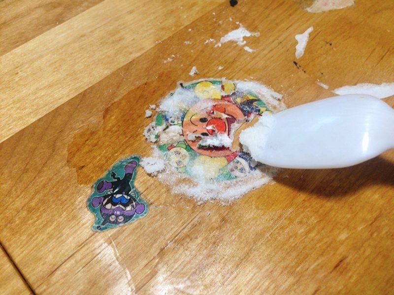 テーブルに貼ったシールをセスキで剥がしてみた