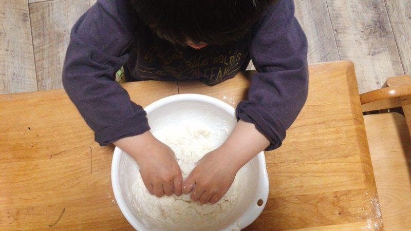 子供と作る手作りパンは生地がまとまるまでよくこねます。