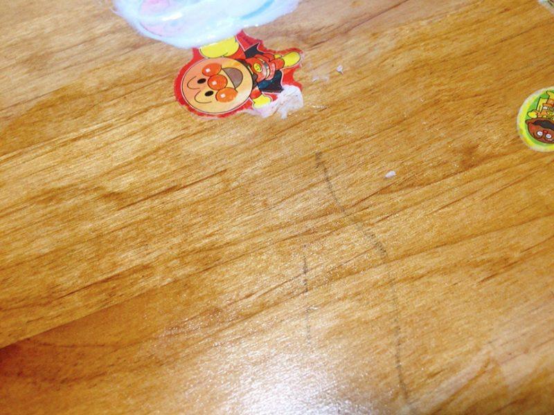 テーブルに貼ったシールを歯磨き粉で剥がしてみた