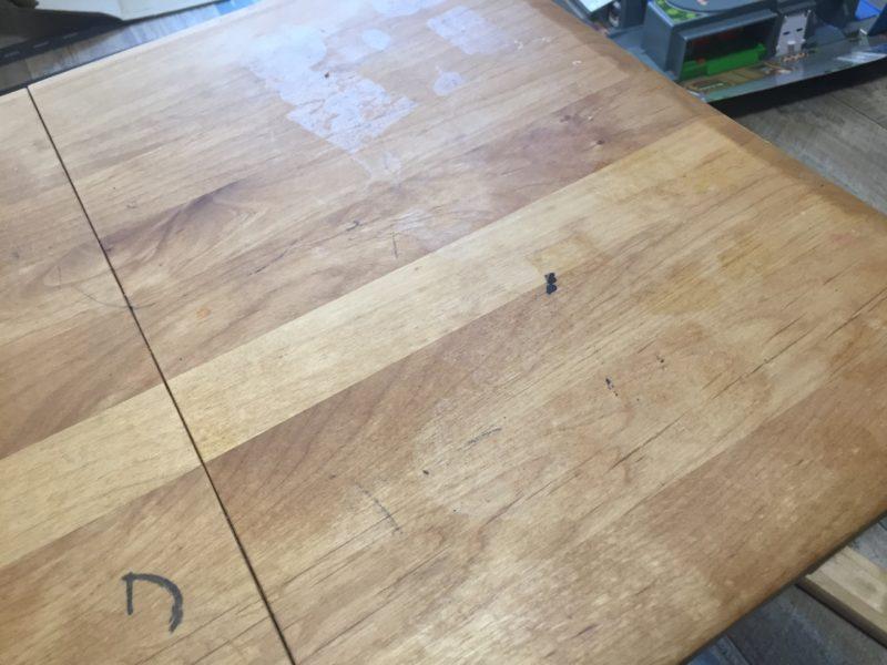 テーブルに貼ったシールを剥がしてもベタベタは残っていました。