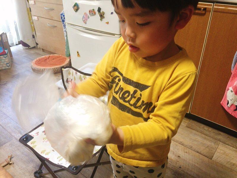 小麦粘土の材料をビニール袋に入れてこねます。