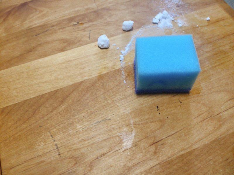 テーブルに貼ったシールのベタベタを剥がすには重曹をスポンジでこする