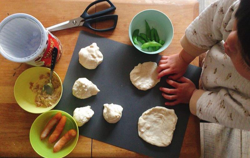 子供と一緒にパンにトッピングします。