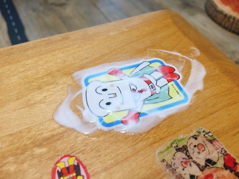 テーブルに貼ったシールをハンドクリームで剥がしてみた