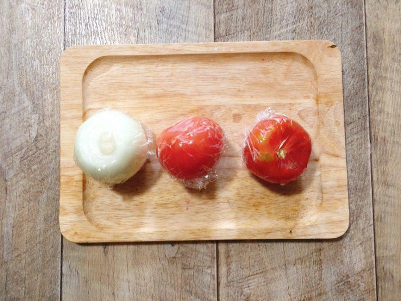 湯向きしたトマトと玉ねぎを冷凍する